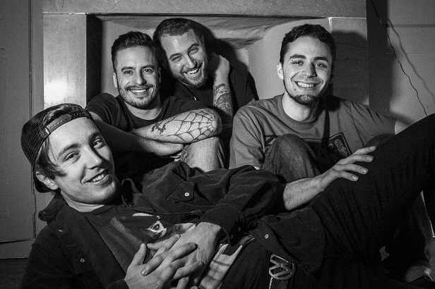 BARE TEETH fait une reprise acoustique de Blink 182