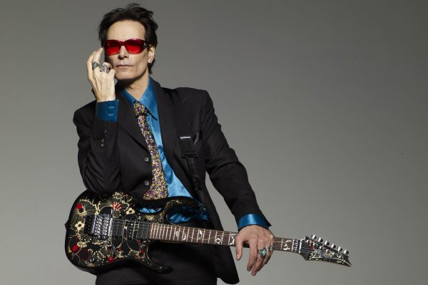 Steve Vai uni à Mascot pour Favored Nations Records