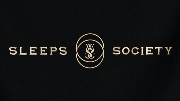 """WHILE SHE SLEEPS: Nouvelle vidéo """"Sleeps Society"""""""